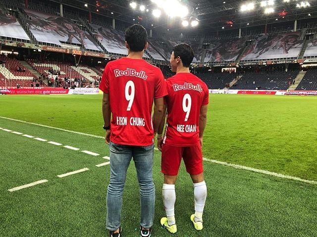 정현(왼쪽)이 황희찬(오른쪽) 홈경기를 찾아 응원했다. 잘츠부르크는 황희찬 등번호 9와 정현 이름을 마킹한 유니폼을 선물했다. 사진=정현 SNS