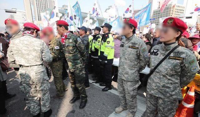 지난 2017년 3월 박근혜 전 대통령 탄핵 기각 촉구 집회에서 참가자들이 군복을 입고 서 있다. /연합뉴스