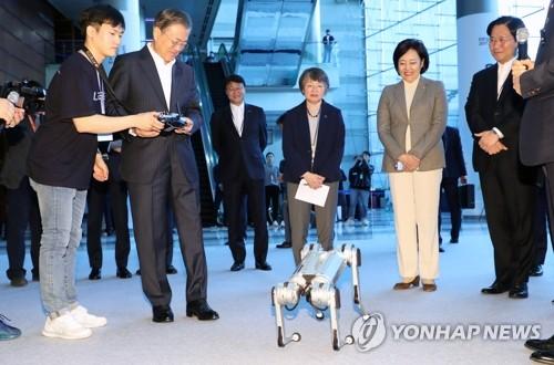 국내 최초 공개되는 로봇 '미니치타' 조종하는 문 대통령 (서울=연합뉴스) 한상균 기자 = 문재인 대통령이 28일 오전 서울 강남구 코엑스에서 열린 인공지능 콘퍼런스 '데뷰(DEVIEW) 2019'에서 리모콘으로 4족보행 로봇 미니치타를 작동하고 있다. 로봇 미니치타는 이번 행사에서 국내 최초 공개됐다. xyz@yna.co.kr