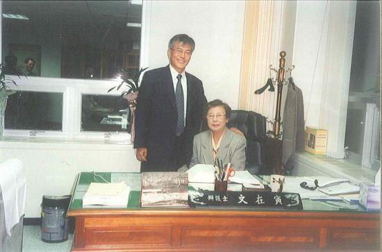 문재인 대통령이 변호사 시절 어머니 강한옥 여사와 함께 사진촬영을 하던 모습. 뉴시스 사진=문재인 대통령 공식 블로그 제공