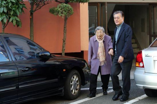 사진은 문재인 대통령이 지난 2016년 12월 25일 성탄미사를 위해 강한옥 여사와 함께 길을 나서는 모습. 연합뉴스