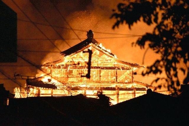 31일 새벽 세계유산으로 등재된 일본 오키나와현의 슈리성터 정전에 발생한 화재로 건물이 불타고 있다. [트위터]