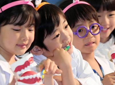 어린이들이 칫솔질을 하는 모습. 연합뉴스