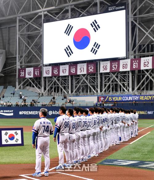 2019 WBSC 프리미어12 한국 야구대표팀이 1일 서울 고척스카이돔에서 진행된 푸에르토리코와의 평가전을 앞두고 기념촬영에 응하고있다. 고척 | 김도훈기자 dica@sportsseoul.com