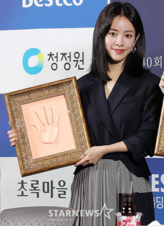 <p>Actress Han Ji-min the 39th annual Blue Dragon Film Awards in Academy Award for Best Actress Awards since 1 years Awards if you show up and smiled.</p><p>Han Ji-min is the recently held 40th annual Blue Dragon Film Awards hand printing attended to. He last held the 39th annual Blue Dragon Film Awards in the film The Hundred(Director support)to Academy Award for Best Actress, and in her arms did.</p><p>Han Ji-min is the bagin this film (Academy Award for Best Actress) nominations and Awards to up to a dream-like Journey was,she said open the door was. This, and Glorious was the moment that I can in together can be a significant time. In time, and memories can give me a hand recorded that glorious time; and hand printing involved in the feelings revealed.</p><p>Last years Blue Dragon Film Awards in a collection of topics and saw Kim Hye of was in tears. Han Ji-min the Academy Award for Best Actress on the Awards after the horse was Kim Hye tears shed look on the screen caught because. Han Ji-min is Kim Hyes eyes about the fact that day is a Memory to emotions, tremors, Memory this I I any to and (you) did Memory this I do not have. Like a dream dream with the remains. Rather too trembled,he said.</p><p>Han Ji-min is (Awards ceremony) ending (Kim)offers excellent sir for the greetings, we went to see me as soon as the See We him. Around a lot with this good work is like a celebration for him. The people around them happy so (I) happy I was,he smiled.</p><p>Han Ji-min is a Han Ji-min at the blue dragon egg.This question a few times received. Life in the most shining and beautiful moment in the mood as well. Around them at the moment(Blue Dragon Film Awards Academy Award for Best Actress Awards), and the mood that he taught it. Forward if you live in the past time come when the most beautiful moment as a Memory seems to be,he said.</p><p>Han Ji-min is the 39th annual Blue Dragon Film Awards Academy Award for Best Actress Awards at the time of Memory, and a lot of peop