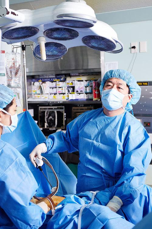 산부인과 전문의가 자궁경부암 환자를 대상으로 복강경 수술을 하고 있다. 강동경희대병원 제공