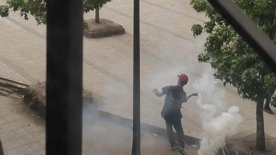 대규모 반정부 시위 19일째를 맞은 11월 5일(현지시간) 칠레 수도 산티아고 이탈리아 광장에서 경찰이 쏜 최루탄을 손으로 집어 다시 던지고 있다. [이광조 JTBC 촬영기자]
