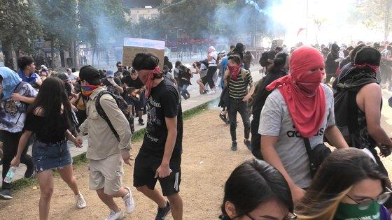 대규모 반정부 시위 19일째를 맞은 11월 5일(현지시간) 칠레 수도 산티아고 시내 이탈리아광장에서 시위대가 경찰의 물대포와 최루탄을 피해 도망가고 있다. [이광조 JTBC 촬영기자]