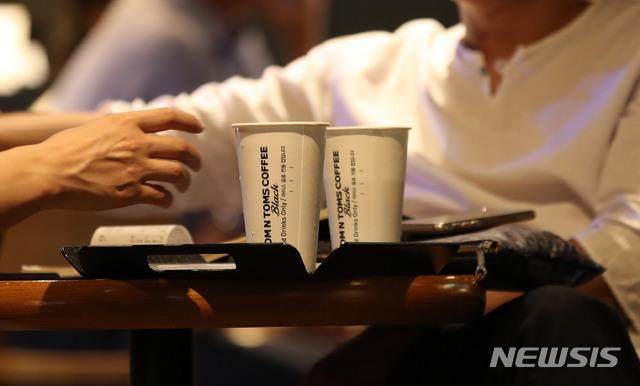'한 집 건너 커피숍' 전국 7만곳 돌파..작년 9000곳 문 닫아