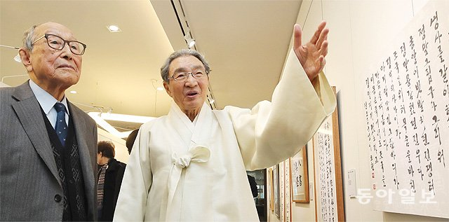 6일 오후 2시 서울 종로구 라이나생명 빌딩에서 열린 전시회에서 서예가 이곤 선생(오른쪽)이 고교 은사인 김형석 연세대 명예교수에게 자신의 작품을 설명하고 있다. 양회성 기자 yohan@donga.com