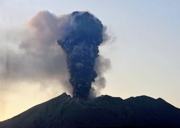 일본 가고시마현 사쿠라지마 화산이 8일 오후 3년 만에 가장 크게 폭발했다. <니혼게이자이신문 갈무리>