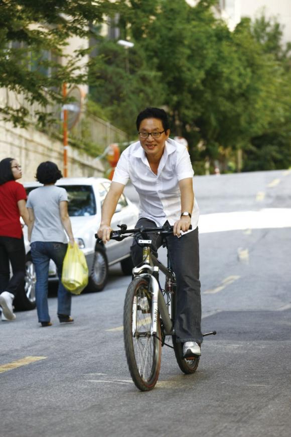 자전거를 타고 지역구를 누비던 정 전 의원 ⓒ 정두언 전 의원 인터넷 블로그