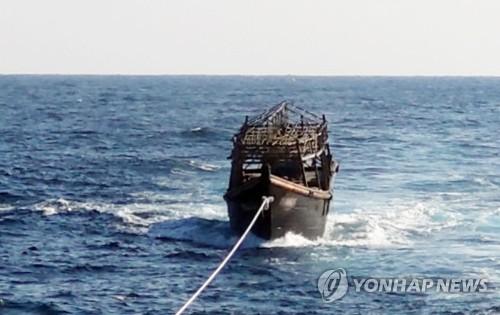 이 작은 배에서 16명을 차례로... (서울=연합뉴스) 8일 오후 해군이 동해상에서 북한 목선을 북측에 인계하기 위해 예인하고 있다.       해당 목선은 16명의 동료 승선원을 살해하고 도피 중 군 당국에 나포된 북한 주민 2명이 승선했던 목선으로, 탈북 주민 2명은 전날 북한으로 추방됐다. 2019.11.8      [통일부 제공. 재판매 및 DB금지] photo@yna.co.kr