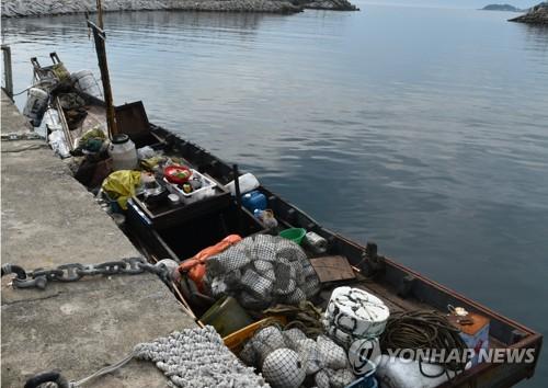 지난 6월 삼척항에 입항했던 北소형목선 [합동참모본부 제공. 재판매 및 DB 금지] photo@yna.co.kr