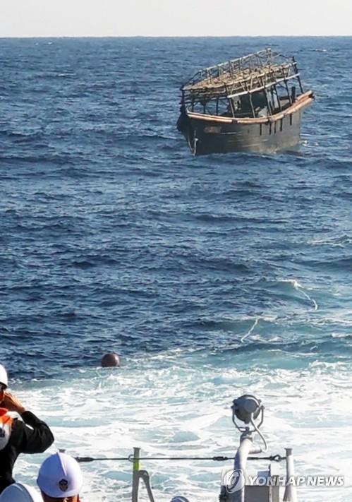 '해상집단살인사건' 탈북민 목선, 북측에 인계 (서울=연합뉴스) 8일 오후 해군이 동해상에서 북한 목선을 북측에 인계하고 있다.       해당 목선은 16명의 동료 승선원을 살해하고 도피 중 군 당국에 나포된 북한 주민 2명이 승선했던 목선으로, 탈북 주민 2명은 전날  북한으로 추방됐다. 2019.11.8      [통일부 제공. 재판매 및 DB금지] photo@yna.co.kr