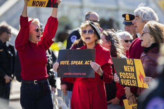 지난달 워싱턴에서 시위 중인 제인 폰다. 빨간 코트에 까만 베레모는 그의 상징이 됐다. [AP=연합뉴스]
