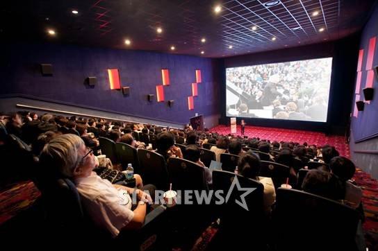 메가박스 코엑스관이 13일부터 영화 관람 요금을 인상한다.