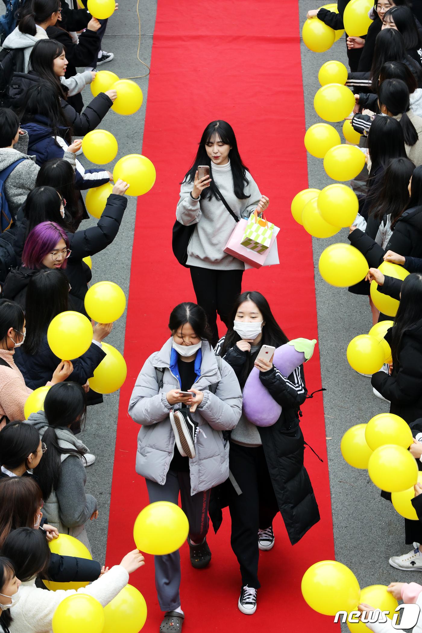 [르포]수능 D-1..노란풍선에 레드카펫 깔고 선배들 응원[비올라 토토|워너비 토토]