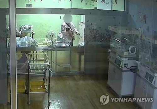 생후 5일 된 신생아 막 다루는 간호사 (부산=연합뉴스) 부산 한 산부인과에서 간호사가 생후 5일 된 신생아를 거칠게 다루고 있다. 이 아기는 두개골 골절과 뇌출혈 진단을 받고 현재 의식불명 상태다. 경찰은 간호사 학대 행위와 아기 의식불명 사이의 상관관계를 조사하고 있다. 2019.11.12 [피해 아기 부모 제공. 재판매 및 DB 금지] wink@yna.co.kr