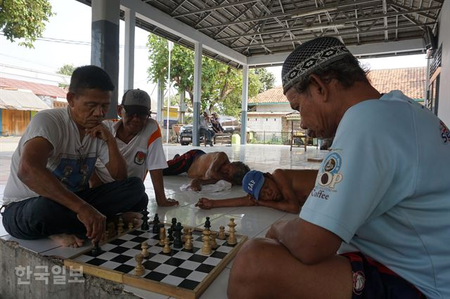 인도네시아의 한센인 집단촌 시타날라 마을회관 마당에서 병이 있건 없건 서로 어우러져 낮잠을 자거나 체스를 두고 있는 주민들. 탕에랑=고찬유 특파원