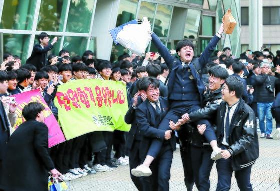 2020학년도 대학수학능력시험을 하루 앞둔 13일 오전 서울 강남구 중동고등학교에서 수능예비소집에 나서는 수험생들이 1, 2학년 후배들의 응원을 받으며 나서고 있다. [뉴시스]