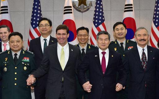 정경두 국방부 장관과 마크 에스퍼 미 국방부 장관을 비롯한 참석자들이 15일 서울 국방부에서 열린 제51차 한미안보협의회(SCM)에 앞서 기념촬영을 하고 있다. 사진공동취재단