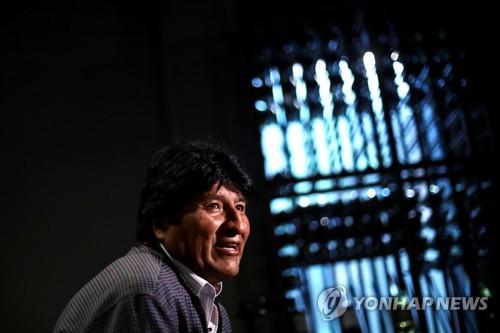 멕시코에서 로이터통신과 인터뷰하는 모랄레스 [로이터=연합뉴스]