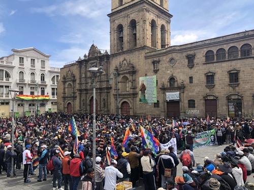시위 벌이는 모랄레스 지지자들 (라파스=연합뉴스) 고미혜 특파원 = 15일(현지시간) 볼리비아 수도 라파스 도심의 산프란시스코 광장에서 에보 모랄레스 전 대통령의 지지자들이 시위를 벌이고 있다. 2019.11.16