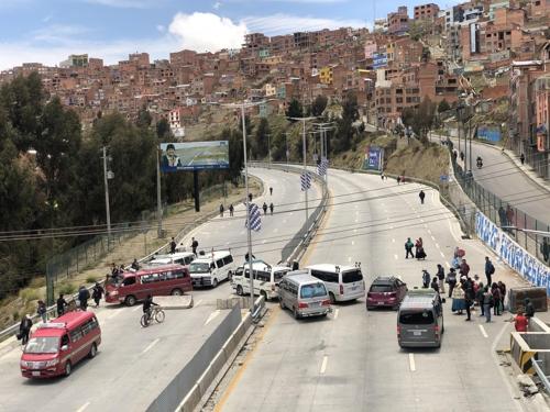 모랄레스 지지자들의 도로 봉쇄 시위 (라파스=연합뉴스) 고미혜 특파원 = 15일(현지시간) 볼리비아 수도 라파스에서 엘알토 지역으로 향하는 길목을 모랄레스 지지자들이 봉쇄했다. 2019.11.16.