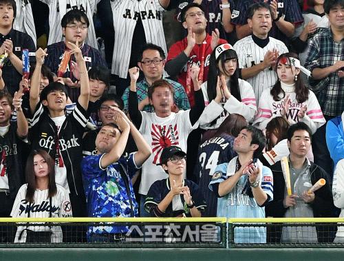 일본 야구대표팀을 응원하는 야구팬들 중 일부가 16일 일본 도쿄돔에서 진행된  '2019 WBSC 프리미어12' 슈퍼라운드 한국과의 경기에서 욱일기 티셔츠를 입은 채로 응원을 펼치고있다. 도쿄(일본) | 김도훈기자 dica@sportsseoul.com