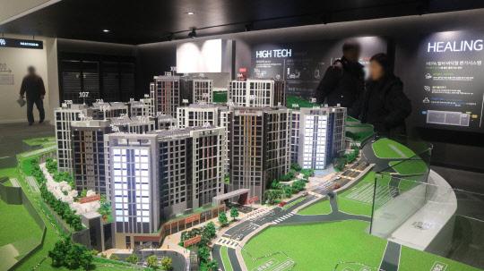 서울 서대문구에서 직전 분양된 단지보다 평당 약 300만원 가량 저렴한 새 아파트가 분양된다. 사진은 힐스테이트 홍은 포레스트 견본주택의 단지모형도.      이상현기자 ishsy@
