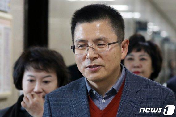 황교안 자유한국당 대표가 20일 국회에서 열린 최고위원- 중진의원 연석회의에 참석하고 있다. 뉴스1