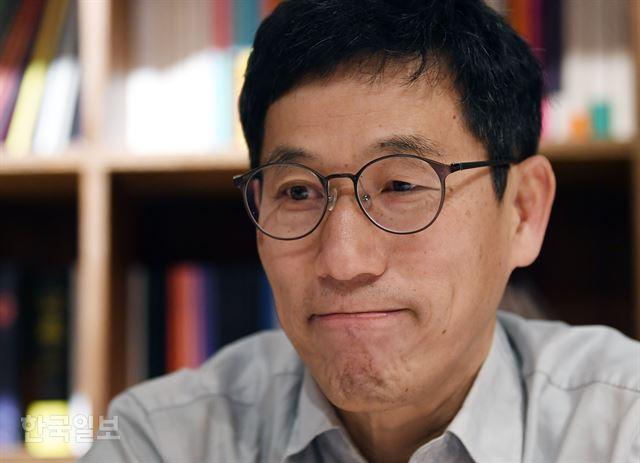 진중권 동양대 교수가 18일 서울 마포구 연남동 독립서점 아침달에서 한국일보와 인터뷰를 하고 있다. 홍인기 기자