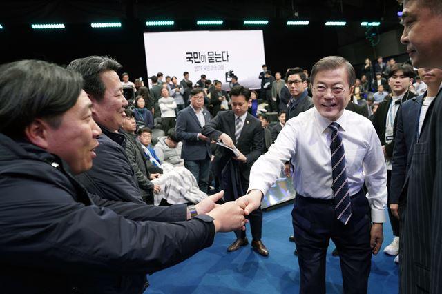 문재인 대통령이 19일 서울 상암동 MBC 사옥에서 열린  '국민이 묻는다, 2019 국민과의 대화'를 마친 뒤 참석자들과 악수하고 있다. 청와대사진기자단