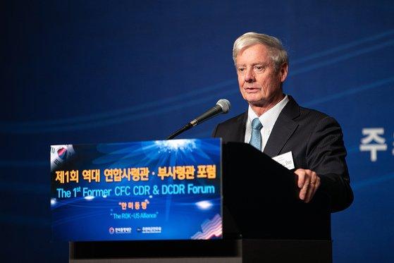 월터 샤프 주한미군전우회 회장(전 한미연합사령관)이 지난 13일 서울에서 열린 행사에서 연설하고 있다.[뉴스1]