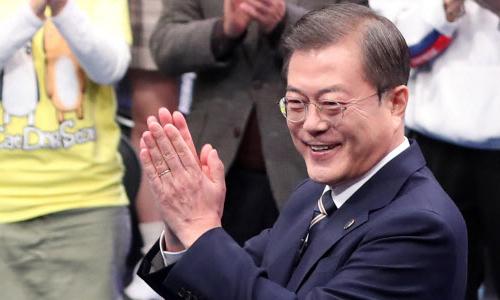 문재인 대통령이 19일 오후 서울 MBC 미디어센터에서 열린 '국민이 묻는다, 2019 국민과의 대화'에 참석해 박수를 치고 있다. 뉴시스