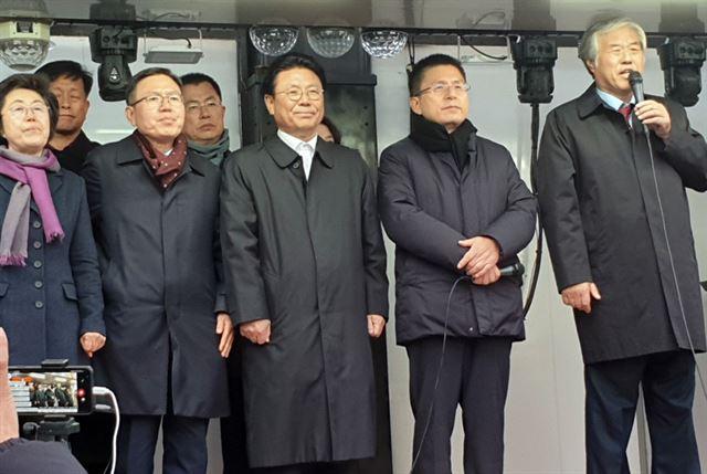 전광훈(오른쪽 첫 번째) 목사가 20일 청와대 앞