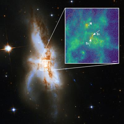 은하 중앙에서 초대질량블랙홀 3개가 동시 합체 중인 NGC 6240 북쪽(N)과 남쪽 블랙홀 2개만 있는 것으로 알려졌다가 남쪽 블랙홀이 S1과 S2 두 개로 구성된 것이 새롭게 밝혀졌다. 박스 안의 녹색은 블랙홀을 둘러싸고 있는 이온화된 가스를 나타낸다. [P.바일바허(AIP),  NASA, ESA,허블헤리티지(STScI/AURA)-ESA/허블협력단,  A. 에번스(버지니아대학/NRAO/스토니브룩대학) 제공]