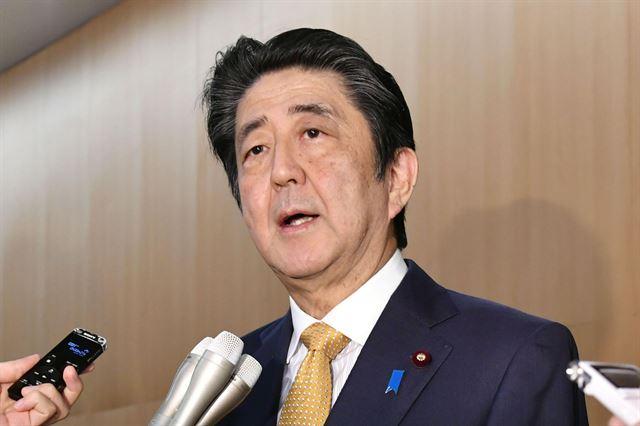 아베 신조 일본 총리가 22일 도쿄 공관에서 기자들을 상대로 한국의 지소미아 효력 유지 발표에 대해 언급하고 있다. 도쿄=AP 연합뉴스