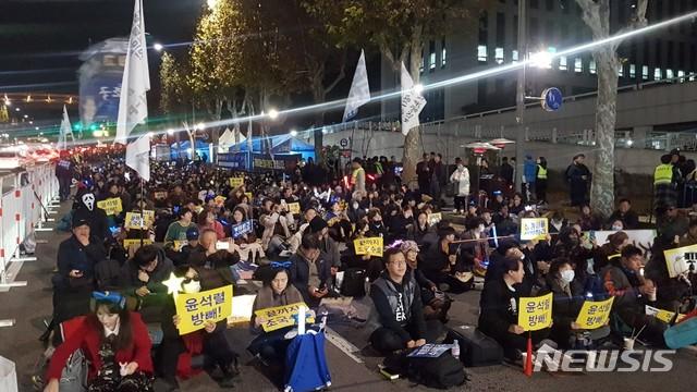 [서울=뉴시스]류인선 수습기자='끝까지 조국수호 시민모임'과 시민들은 주말인 23일 오후 6시부터 서울 교대역부터 서초역 사이를 빼곡히 메우고 검찰 규탄 및 개혁 촉구 시민참여 촛불집회를 열었다.