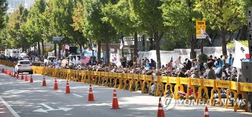 문재인하야범국민투쟁본부의 청와대 앞 농성 모습 [연합뉴스 자료사진]