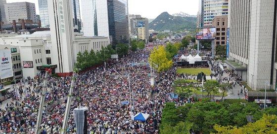 자유한국당과 문재인 하야 범국민투쟁본부 소속 보수단체들이 3일 오후 서울 광화문 일대에서 문재인 정부를 비판하고 조국 장관의 사퇴를 촉구하는 집회를 갖고 있다. [뉴스1]