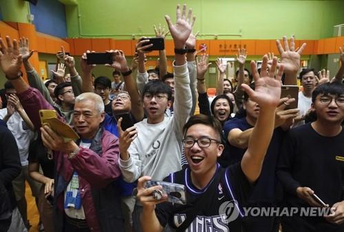 홍콩 선거 '압승' 기뻐하는 범민주 지지자들 (홍콩 AP=연합뉴스) 홍콩 구의원 선거에서 당선이 확정된 범민주 진영 후보의 지지자들이 25일 환호하고 있다. 홍콩의 민주화 요구 시위가 6개월째 접어든 가운데 홍콩 범민주 진영은 향후 시위의 중대 분수령이 될 것으로 여겨졌던 전날 구의원 선거에서 압승을 거뒀다. leekm@yna.co.kr
