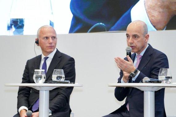 BMW그룹코리아가 27일 인천 영종도 BMW드라이빙센터에서 개최한 기자간담회에서 그룹 이사회 멤버인 피터 노타 브랜드 및 세일즈·애프터세일즈 총괄(오른쪽)과 니콜라스 피터 재무총괄이 질문에 답하고 있다. BMW그룹코리아 제공