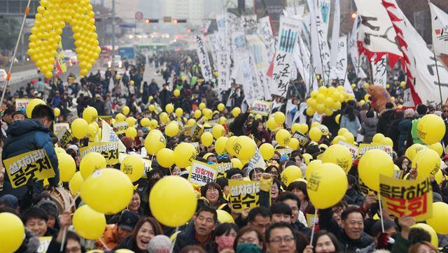 사법적폐청산 범국민시민연대 회원들이 30일 오후 서울 영등포구 여의대로에서 열린 '제13차 검찰개혁 촛불문화제'에서 풍선과 손팻말을 들고 검찰개혁을 촉구하고 있다. 뉴스1