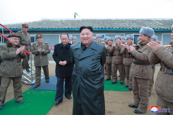 방사포 참관 北 김정은, 2달만에 재등장..북미 대화 시그널인가