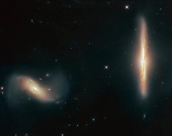 NGC 6285(왼쪽)과 NGC 6286. 사진=NASA / ESA / Hubble / K. Larson et al.