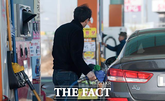 1일 오전 1시 전국 17개 광역 시·도 휘발유 가격 가운데 서울이 리터당 1623.95원으로 가장 비쌌다. 위 사진은 해당 기사와 무관함 /더팩트 DB
