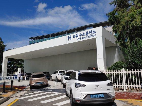 지난 9월 10일 문 연 여의도 국회충전소. 충전소에는 충전을 기다리는 일반 수소차량 6대가 줄을 기다리고 있었다. 박해리 기자