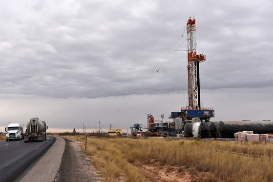 지난 2월 미국 뉴멕시코주 리 카운티의 셰일 오일 생산시설에서 원유를 끌어올리고 있다. [로이터=연합뉴스]